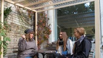 Das Kernteam der geplanten Restessbar mit (v. l.) Marion Schweizer, Alyssa und Leonie Krattiger im Unterstand.