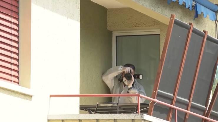 Ein Mitarbeiter der Spurensicherung auf dem Balkon, wo der Beschuldigte festgenommen wurde