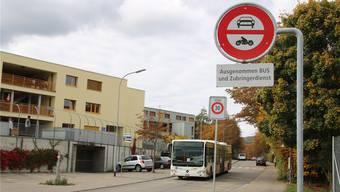 Nur der RVBW-Bus, Anwohner und Befugte dürfen – hier bei der Einmündung Sommerhaldenstrasse – durch die Pilgerstrasse fahren.