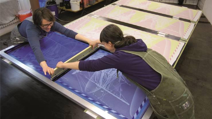 Fabia Zindel und Ursula Leuenberger raklen in der Matrix Druckerei, Redesign von Karin Holzfeind.