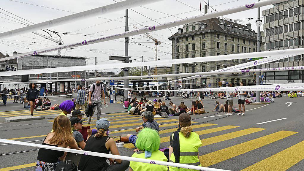 Frauen blockieren die Tramgeleise am Zürcher Central.