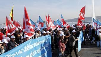 Protestierende Bauarbeiter auf der Mont-Blanc-Brücke in Genf. Auch am Mittwoch wollen sie streiken.
