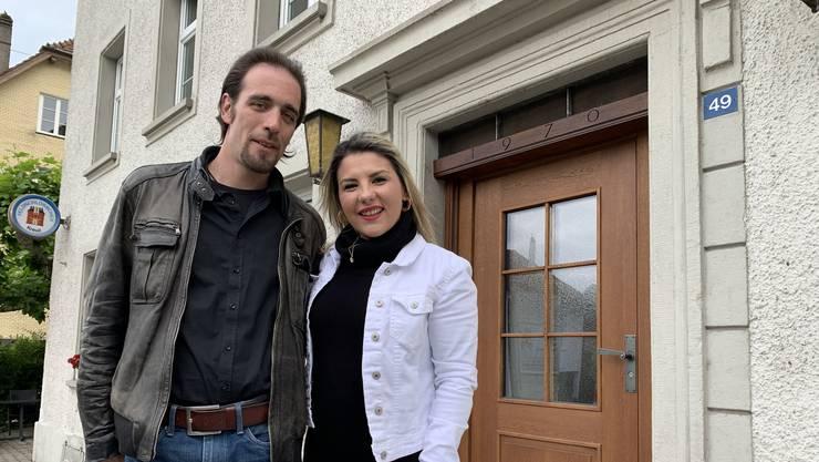Casper Lareida und Drita Halimi vor dem «Kreuz».