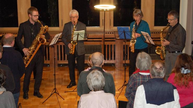 Saxofonensemble unter der Leitung von Daniel Affentranger (l.) beim Erwachsenenkonzert der Musikschule.