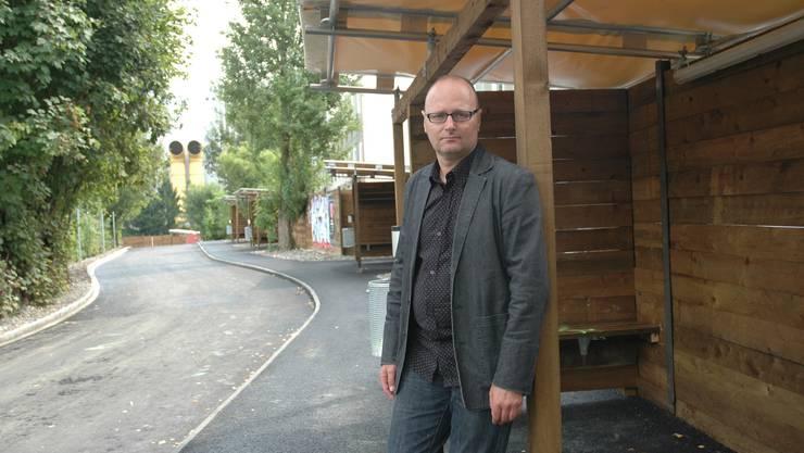 Michael Herzig auf dem Strichplatz vor den Sexboxen