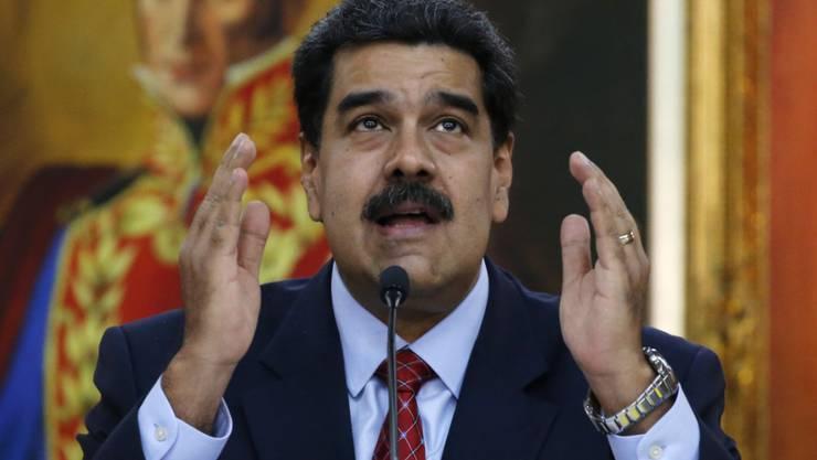 """Ob ihm Simón Bolívar noch helfen kann? Maduro im Präsidentenpalast Miraflores unter einem Bild seines Idols, des Freiheitskämpfers (""""El Libertador""""), der vor rund 200 Jahren den Kampf gegen die spanischen Herren aufgenommen - und gewonnen - hatte."""