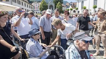 Schnappschuss von der Bundesratsreise 2019 im Kanton Nidwalden: Bundesrätin Karin Keller-Sutter auf Tuchfühlung mit der Bevölkerung. (Archivbild)