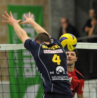 Erfolgreicher Smash des Laufenburgers Marco Geiger gegen den Genfer Daniel Mathews