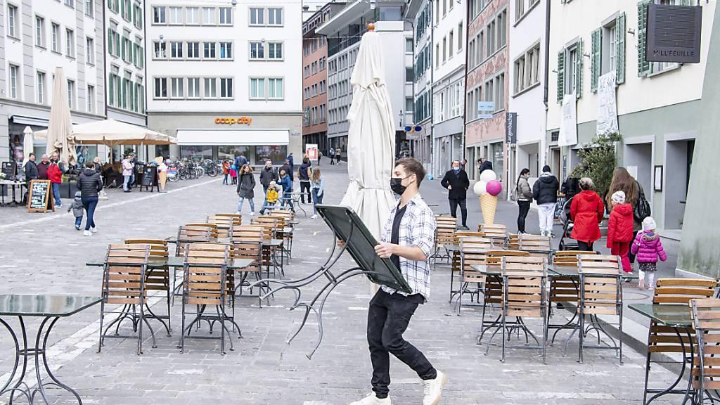 Das Personal des Cafe und Restaurant Mill'Feuille am Mühlenplatz in der Altstadt von Luzern rüstet sich am Sonntag 18. April 2021 für die Wiedereröffnung der Restaurant Terrassen am Montag.