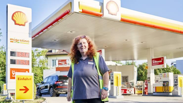 Das ist ihr Reich: Barbara Bühlmann betreut seit vier Jahren die Shell-Tankstelle in der Fahrweid an der Limmatbrücke. Viele ihrer Kunden kennt sie mit Namen, einigen trägt sie die Einkaufstaschen bis vor die Haustür.