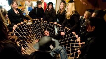 Meisterschwanden: Im «Löwen» geht den Frauen Andy Gutknecht in den Grasbogen. Bevors in die nächste Beiz geht, wird er hin- und hergeschwungen.