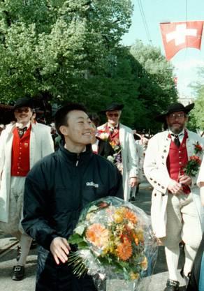 Prominenter Gast inmitten der Zunft Hoengg: Donghua Li lief 1997 am Sechseläuten-Umzug mit.
