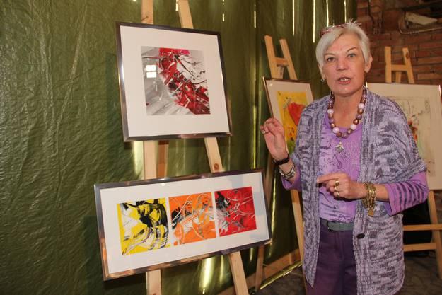 Die Künstlerin Jrène Killer und eines ihrer Werke