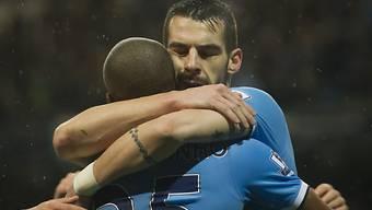 Negredo umarmt nach seinem 2. Tor Teamkollege Fernandinho.