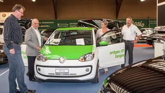 Die Tennishalle Reinach wird am Wochenende mit Autos gefüllt.