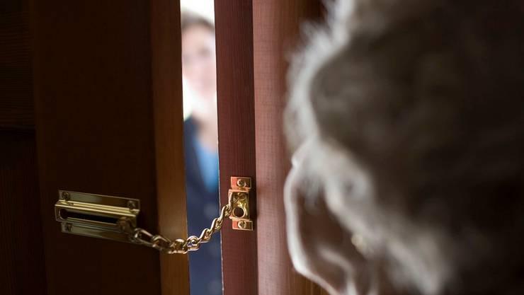 Plötzlich stiess der Unbekannte die Frau zur Seite und beraubte sie in ihrer Wohnung. (Symbolbild)