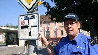 Offizialdelikt: Polizeichef Heiner Hossli: «Das Bekleben von Signalen verstösst gegen das Strassenverkehrsgesetz.» (Bild: lP)