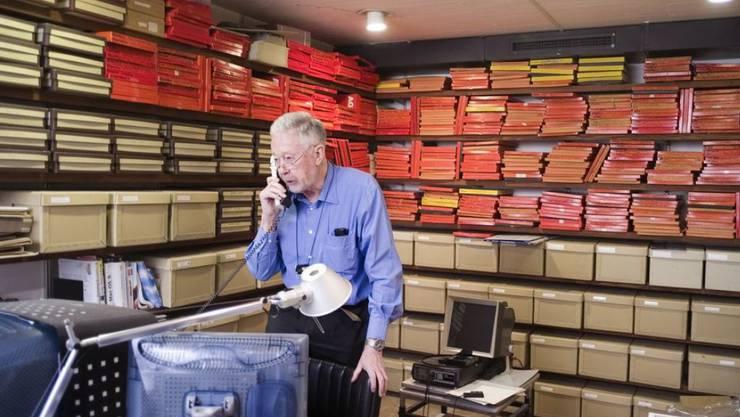 Der Flugbildpionier Georg Gerster für einmal am Boden: in seinem Archiv in Zumikon. Am Freitag, dem 8. Februar ist er mit 90 Jahren im Kreise seiner Familie verstorben. (Archivbild)
