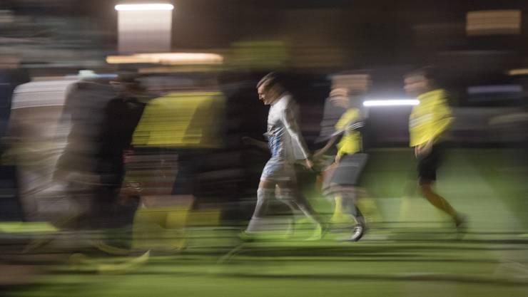 Die Lichter des Stadion Brügglifeld gehen am Montagabend fast 30 Sekunden nach dem Anpfiff zum zweiten Mal aus und die Spieler verlassen erneut das Spielfeld.