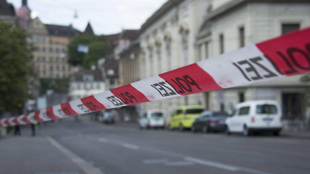 Wegen eines Bombenalarms wurde der Basler Steinenberg beim Theaterplatz am 24. April 2015 gesperrt (Symbolbild).