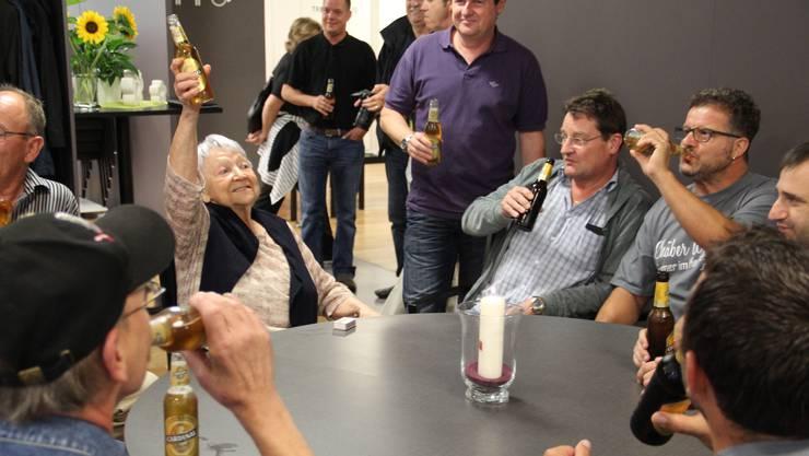 Irma Koch freut sich und stösst sowohl mit ihren alten Stammtischlern als auch mit ihren neuen Mitbewohnern im Casa Güpf auf den Stammtisch an.