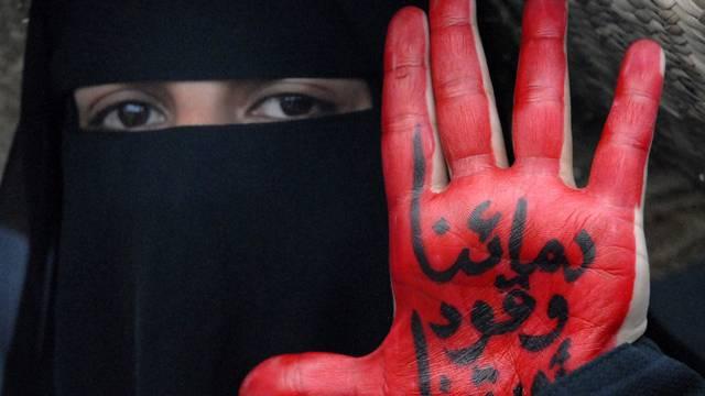 Eine Frau protestiert im Jemen. Die Zeichen auf ihrer Hand bedeuten: Unser Blut ist der Treibstoff unserer Revolution (Symbolbild)