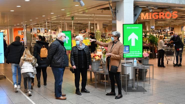 Passanten im Oltner Einkaufszentrum Sälipark im Gespräch: Einige Kunden weichen wegen Maskenpflicht in den Aargau aus.