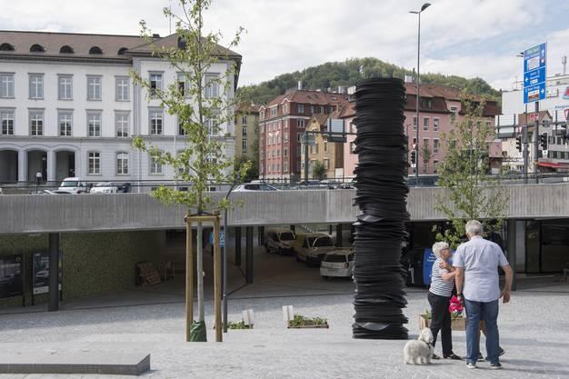 Die Säule aus 520 schwarzen Gummimatten sorgte in Baden für hitzige Diskussionen.