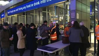 Sicherheitskontrollen am Eingang zum Tennisstadion in der O2-Arena. mic
