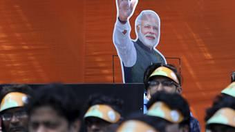 Jeder Inder soll sich wie ein Fels Destabilisierungsversuchen aus Pakistan widersetzen: Der indische Premier Narendra Modi auf Grossleinwand bei einer Ansprache vor Parteifunktionären seiner hindu-nationalistischen Partei.