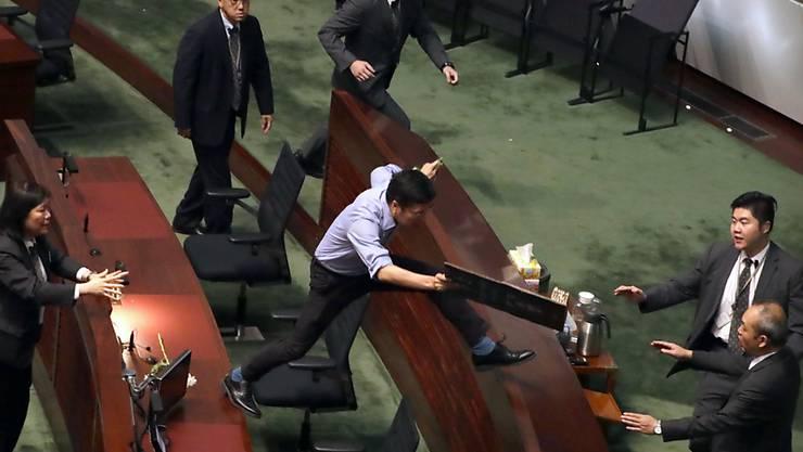 Chaotische Szenen im Hongkonger Stadtparlament: Prodemokratische Abgeordnete stören einen Auftritt von Regierungschefin Carrie Lam.
