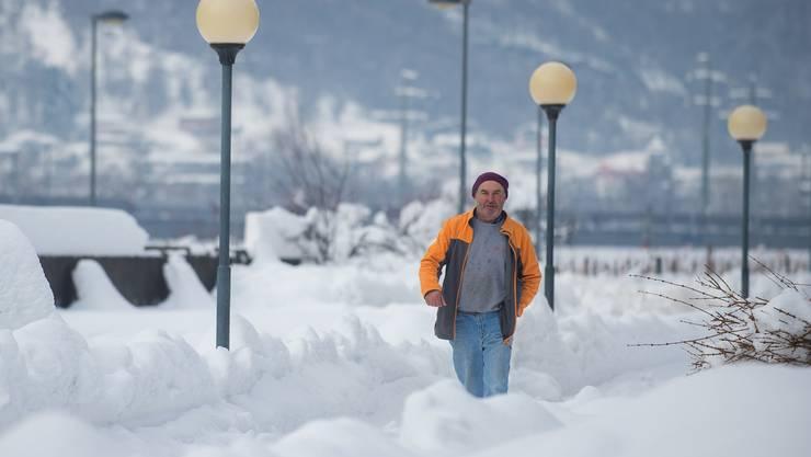Ein Mann bahnt sich im Kanton Tessin den Weg durch die Schneemassen.