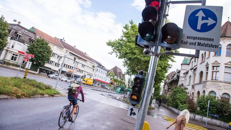 Kleine Verbesserungen. Während Autos auf Grün warten müssen, erlaubt die Veloampel neben der Pauluskirche bei Blinklicht die Durchfahrt. Nicole Nars-Zimmer