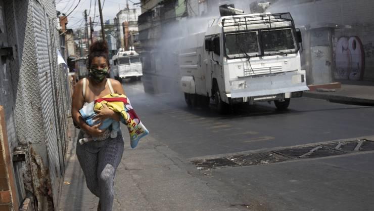 In der Hauptstadt Venezuelas werden die Strassen desinfiziert, um die Ausbreitung des Coronavirus einzudämmen. (Archivbild)