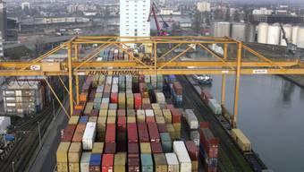 Container von Rhenus Alpina im Basler Rheinhafen