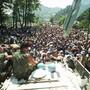 Im Juli 1995 suchten muslimische Flüchtlinge aus Srebrenica Schutz in der Uno-Schutzzone - die niederländischen Blauhelmsoldaten ergaben sich den serbischen Truppen jedoch später kampflos und lieferten die Flüchtlinge so ihrem Schicksal aus. (Archivbild)