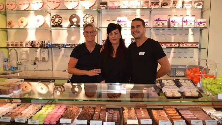 Almira Smajlović (Mitte) mit Silke Brandt und Toni Berisha von der «Suteria».