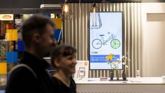 Schau mir in die Augen, Kunde! Die ZKB testet am Zürcher Hauptbahnhof intelligente Werbebildschirme, die Konsumenten personalisierte Botschaften zeigen.