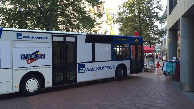 Das braucht etwas Busfahrer-Können: Christian Dorer zirkelt mit dem Wahlkampfbus durch Bruggs enge Gassen.
