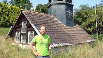 Gemeindeammann Daniel Lüem mit dem Dach und dem Turmaufbau des ersten Hendschiker Schulhauses auf dem Areal der Familie an der Brunnmattenstrasse.