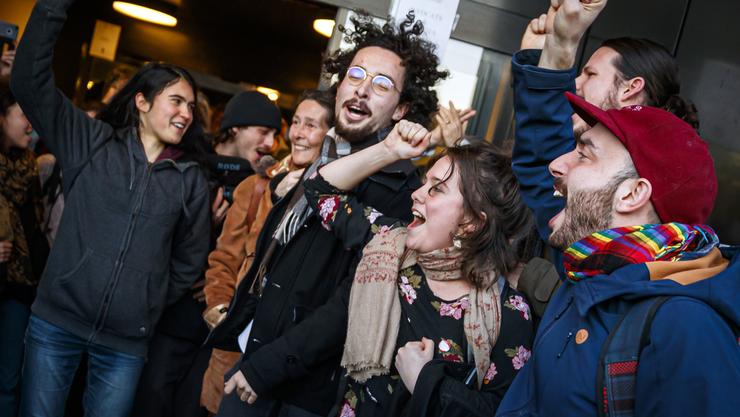 Jubel über den Freispruch der 12 Klimaaktivisten, die in der Lausanner Filiale der Credit Suisse Tennis spielten.