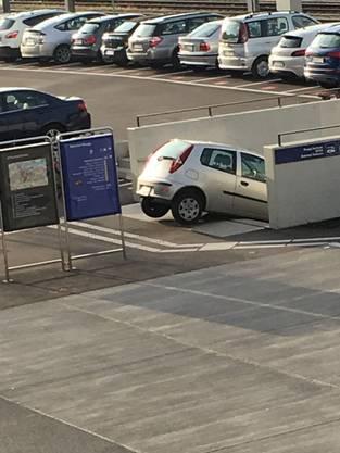 Eine Autofahrerin nahm beim Bahnhof in Brugg eine falsche Abzweigung.