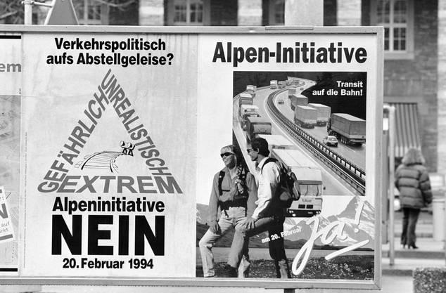 Soll der Güterverkehr auf die Schienen verlagert werden? Die Bevölkerung war sich vor 25 Jahren nicht einig. Die einen fanden die Alpen-Initiative zu extrem, die anderen sahen darin eine Entlastung für die Natur, wie diese Plakate zeigen. Knappe 52 Prozent der Stimmbürger sagten schliesslich Ja.