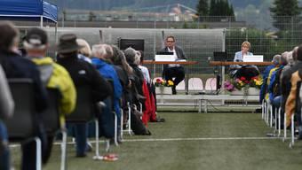 Historisch: Aesch (BL) führt im Sommer eine Open-Air-Gemeindeversammlung auf dem Sportplatz Löhrenacker durch.