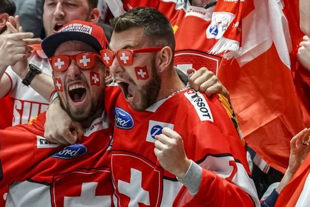 Schweizer Fans jubeln über den prompten Ausgleich der Schweizer Nati zum 2:2.