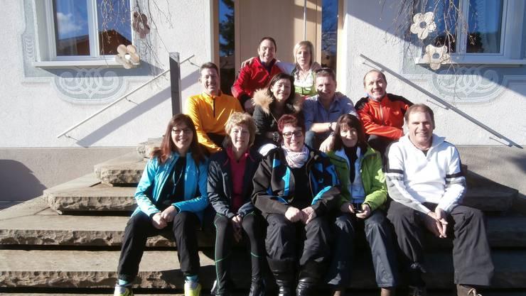 Gruppenfoto mit Gastwirtin, vor dem Wälderhof in Lingenau (A).