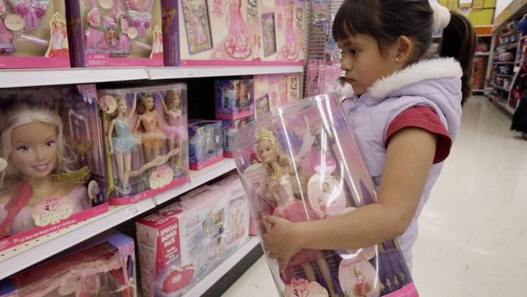 """Kundin in einem US-Geschäft vor Regalen mit Puppen des """"Barbie""""-Herstellers Mattel. (Archivbild)"""