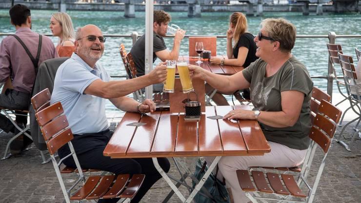 Jean Denis und Marie-Christine Chavaillaz geniessen ihren Platz an der Reuss.