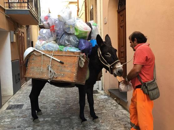 Müllabfuhr in Citta Castelbuono in Sizilien ( ob das bei uns wohl auch klappen würde?)