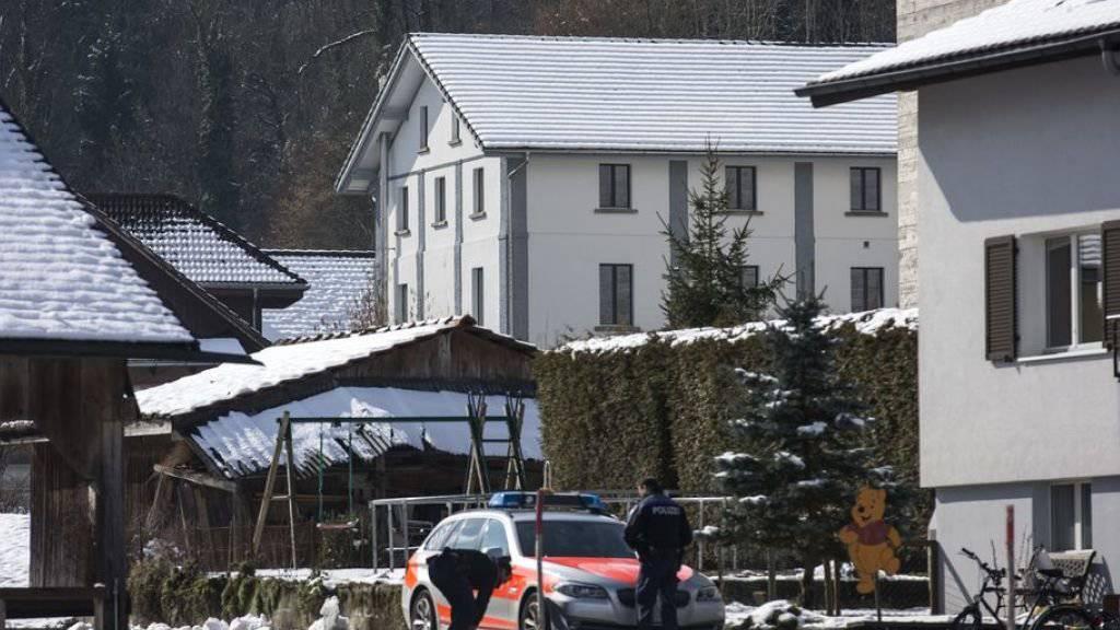 17 Stunden lang hatte sich die Rentnerin im Haus verschanzt. Dann entschied sich die Polizei zur Stürmung und die Frau beging Suizid. Deswegen steht die Luzerner Polizeispitze nun vor Gericht. (Archivbild)